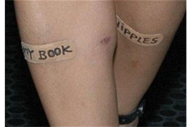 Kitabını bacaklarıyla tanıttı